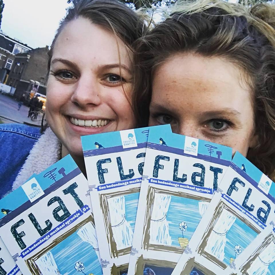 Jansen en de boer delen flyers uit ter promotie van hun muzikale poppen voorstelling Flat