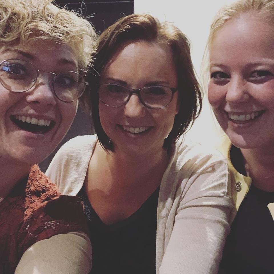 Blije collega's Karin Bannink Marloes Damen en Nikki de Groot op teamuitje