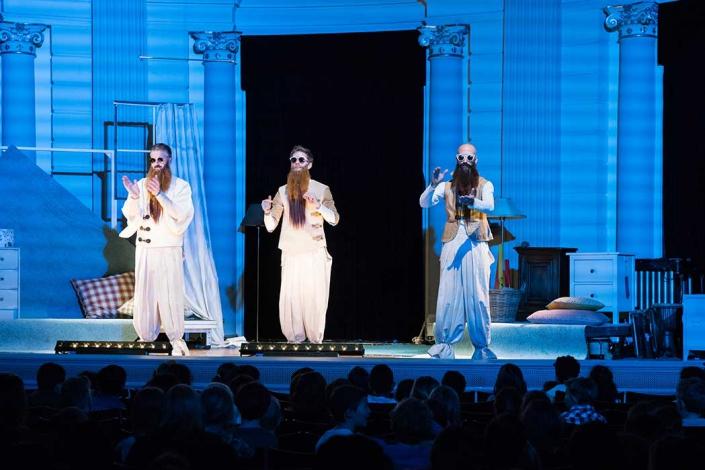 De meesters van de tijd is een voorstelling in opdracht voor het concertgebouw. Slagwerkgroep Percossa en zangeres en actrice Sofie Habets swingen de pan uit in deze vrolijke familievoorstelling