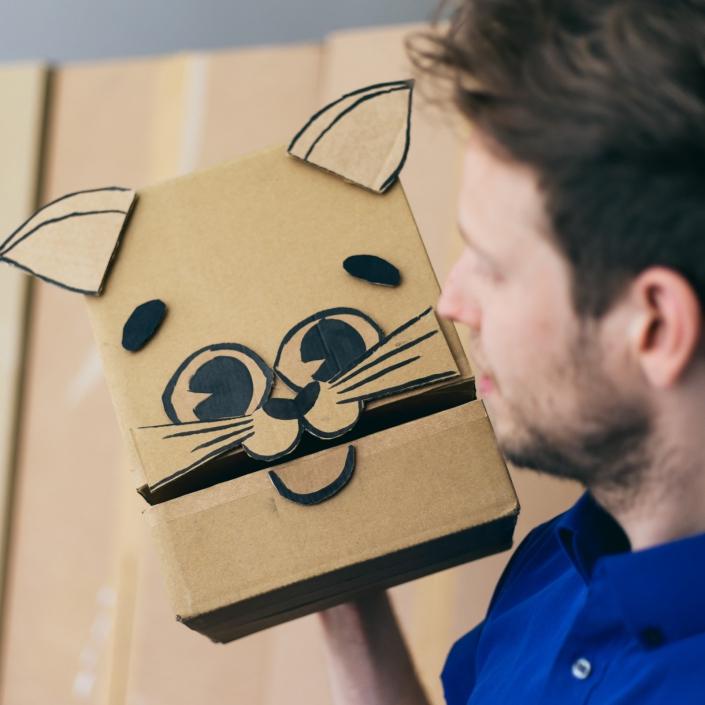 Bram bespeelt een kat van karton