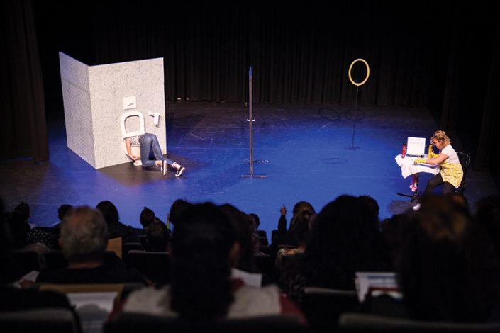 het publiek is getuigen van een vreemde situatie in de kindertheater voorstelling WC Monster
