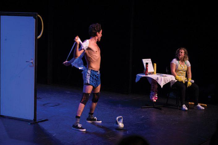 Een speler uit de kindertheater voorstelling probeert indruk te maken op het publiek en zijn mede speler