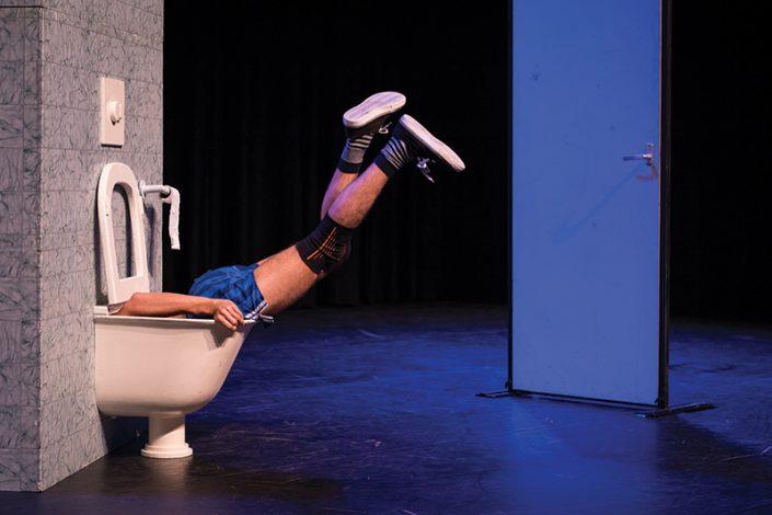 in de kindertheater voorstelling WC Monster word er iemand opgegeten door de wc
