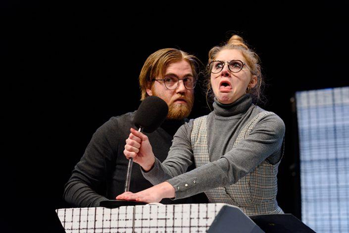 Tessa en Olivier geven een lezing in de komische familie voorstelling Nee