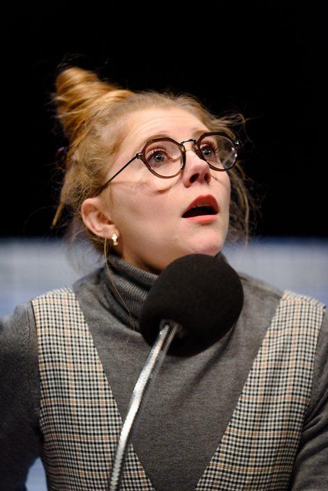 Tessa geeft een lezing in de komische familie voorstelling Nee