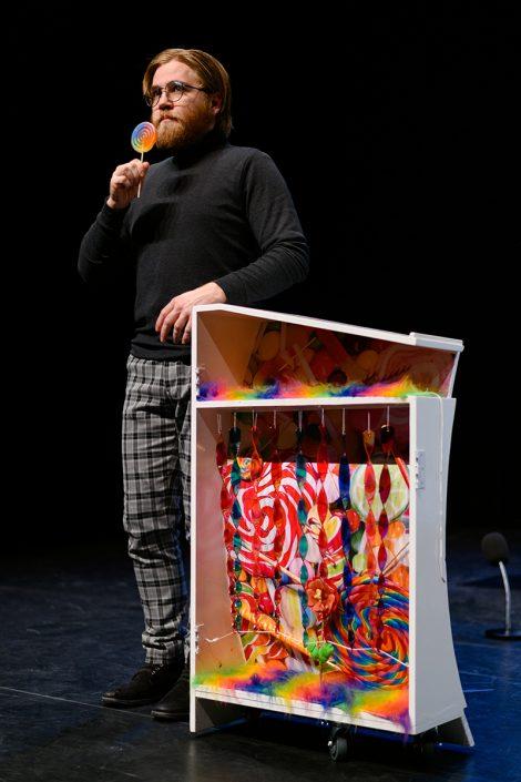 speler met lolly in de kleurrijke familie voorstelling nee