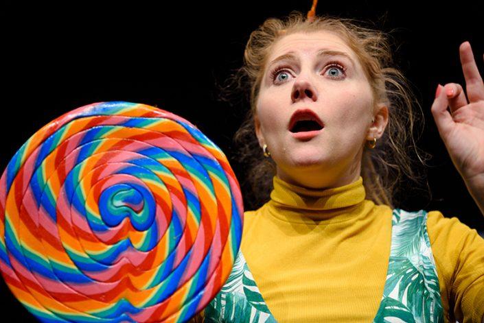 verbaasde speelster met een super grote lolly in de kindertheatervoorstelling NEE