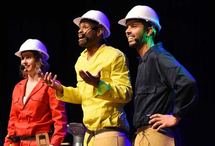 Padaboom is een muzikale jeugdtheater voorstelling een echt Caribisch feestje met Roel Calister van Kuenta en Djem van Dijk van Caramba
