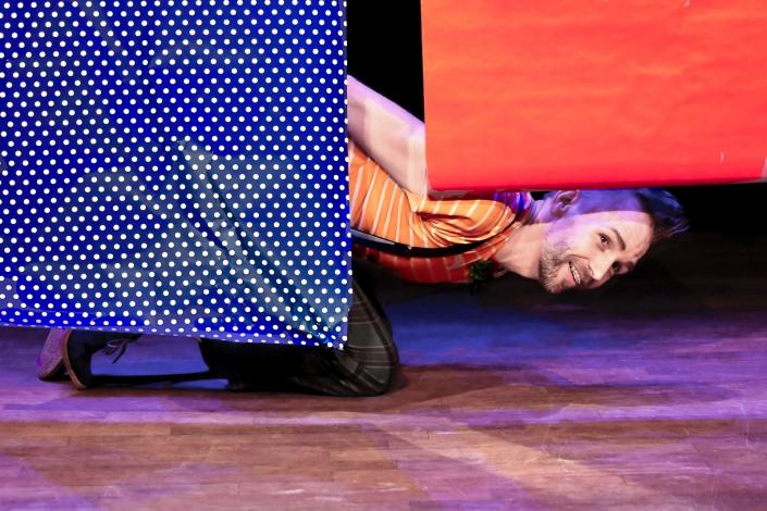 Pakkepapier een jeugdtheater voorstelling voor de aller kleinste van Efrem Stein