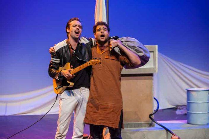 Amro Kasr en Freek den Hartogh met de voorstelling Romeo is op Julia & Layla op Manjun van Witte Raaf. Jeugdtheater geschikt voor cultuureducatie.