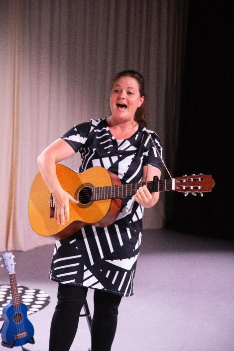 Wonderlijke wereld wijsjes jeugdtheater voorstelling van Suzanne zingt