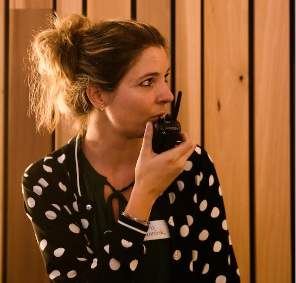 Andrea de productieleider van onze presentatiedag stuurt de techniek van het theater aan door een opdracht te geven in de portofoon