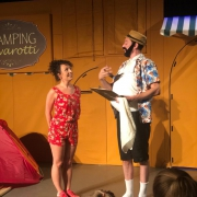 Camping Pavarotti jeugdtheater opera scènebeeld