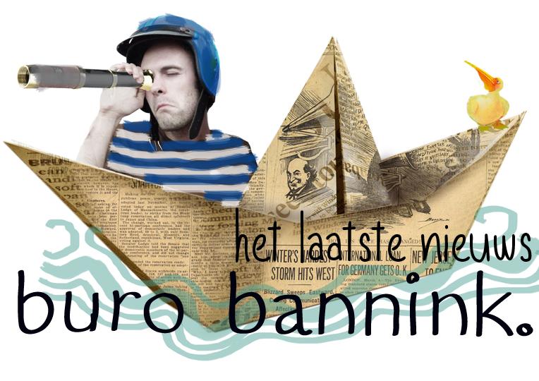 Jaap Robben kijkt door een krant in een gevouwen bootje naar de horizon. Hij zoekt nieuws