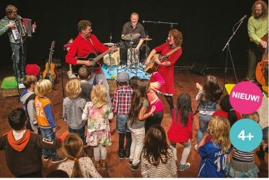Swingen als een kangoeroe een muzikale jeugdtheater voorstelling van Jeroen Schipper en Boegieband