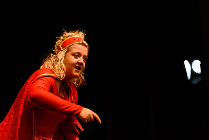superheld in kindertheater voorstelling