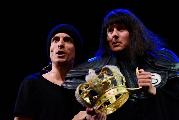 de dieven stelen de gouden kroon in een kindertheater voorstelling