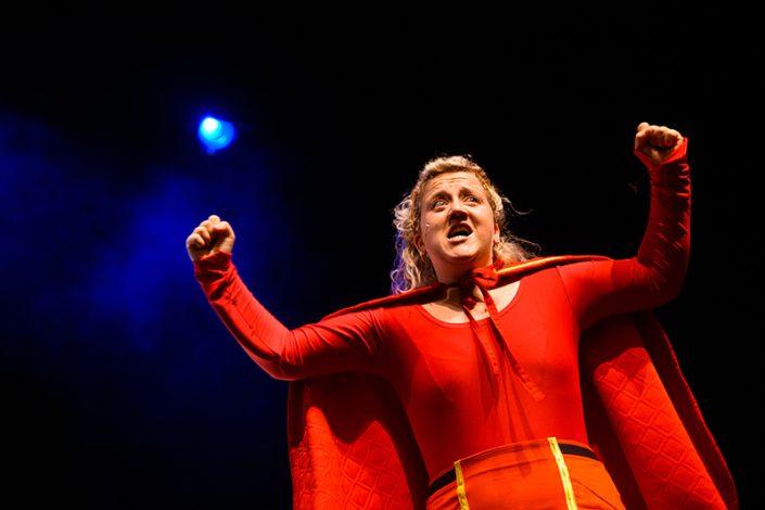 sterke supervrouw Elene in de kindertheater voorstelling Superloeser van het Rotterdamse gezelschap Lefkop