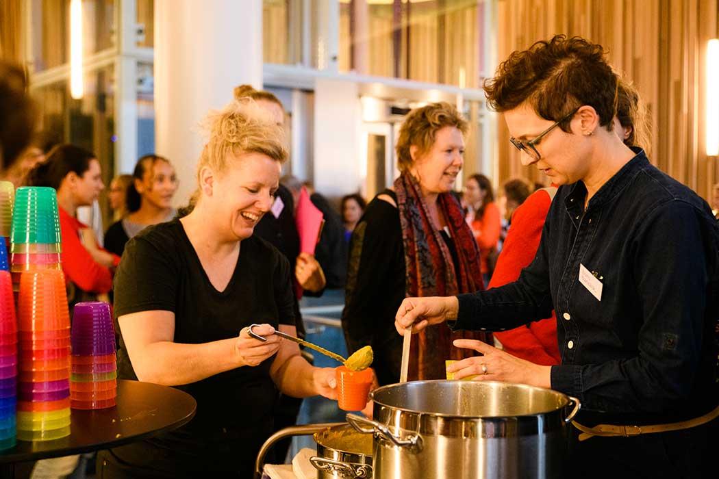 lekker cultuur snijven en soep eten op de cultuur educatie presentatiedag