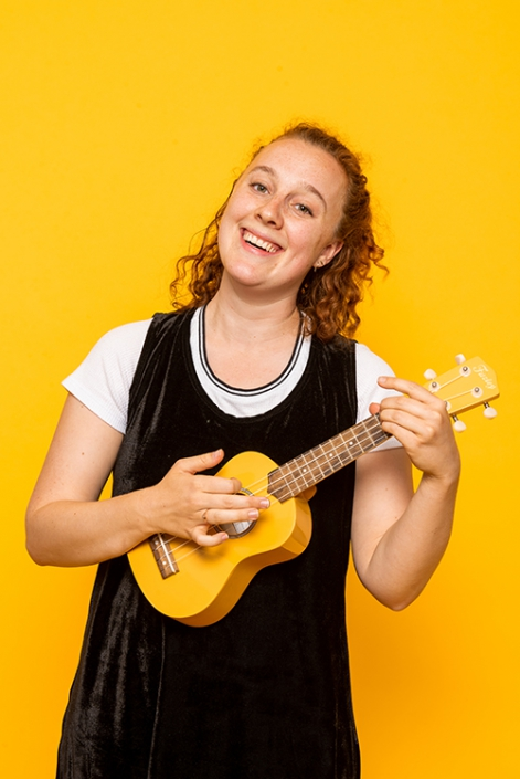 Willemijn Böcker met ukulele, photoshoot voor Onder het Buro